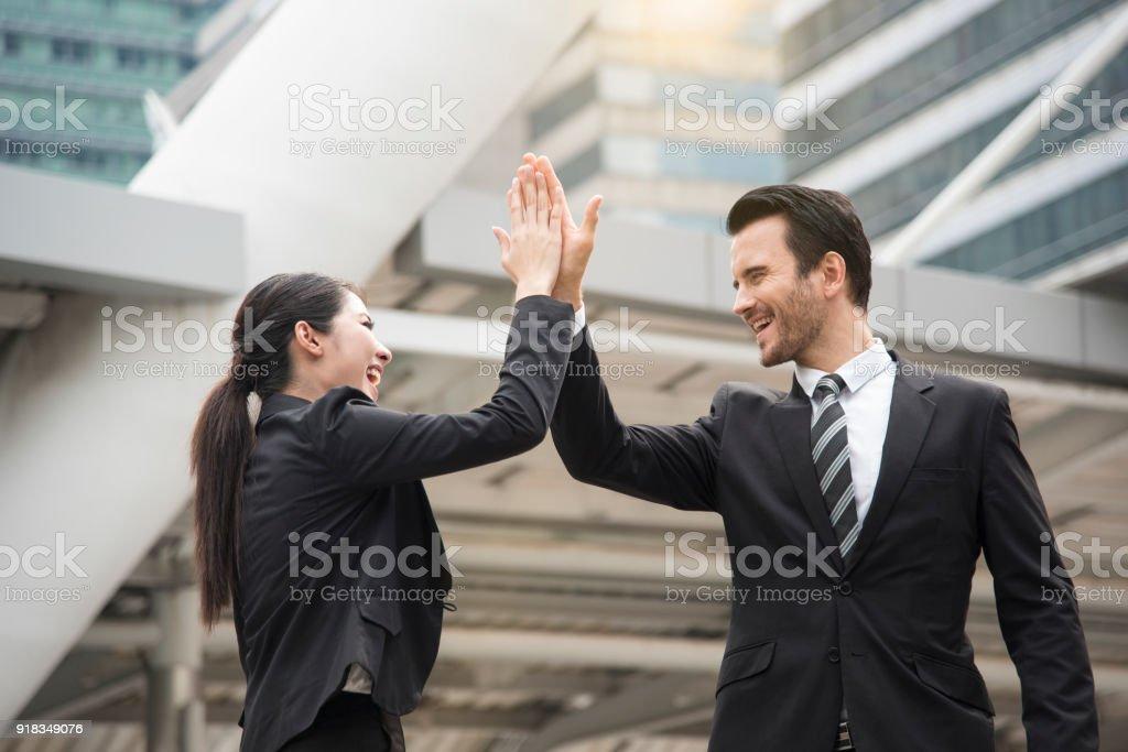 Geschäftsmann und Geschäftsfrau Hände hoch fünf treffen Gruß. – Foto