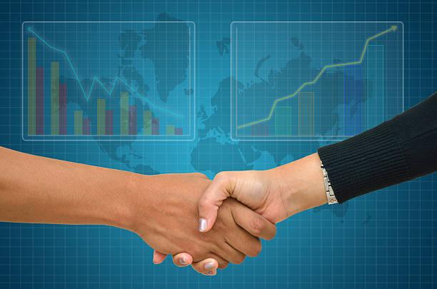 Geschäftsmann und Geschäftsfrau Hände schütteln mit graph Hintergrund – Foto