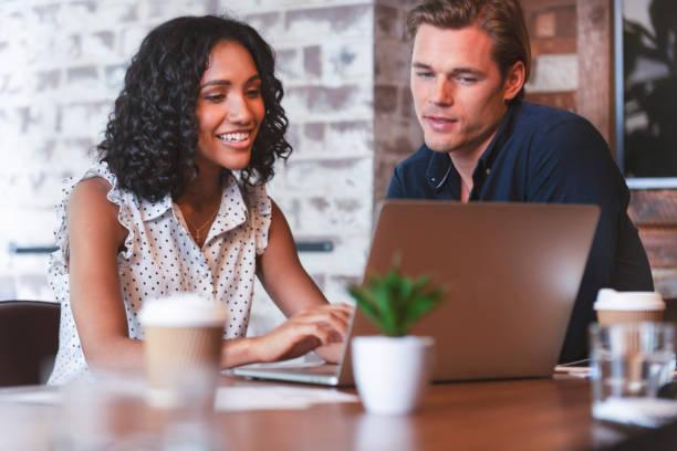 Unternehmer und Unternehmerin in einer Besprechung mit einem Laptopcomputer – Foto