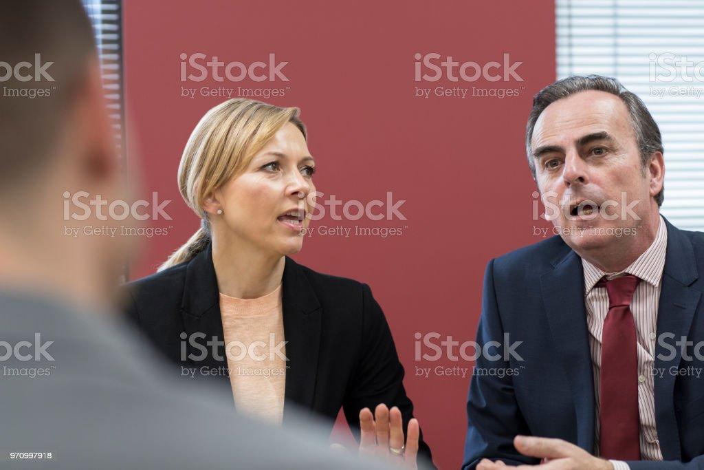 Geschäftsmann und Geschäftsfrau In Mediation treffen – Foto