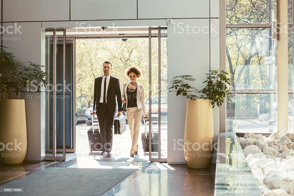 Homme d'affaires et Femme d'affaires en voyage d'affaires - Photo
