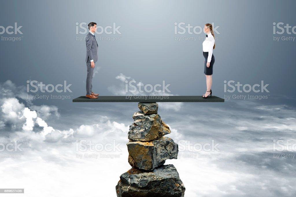 Geschäftsmann und Geschäftsfrau auf Wippe – Foto