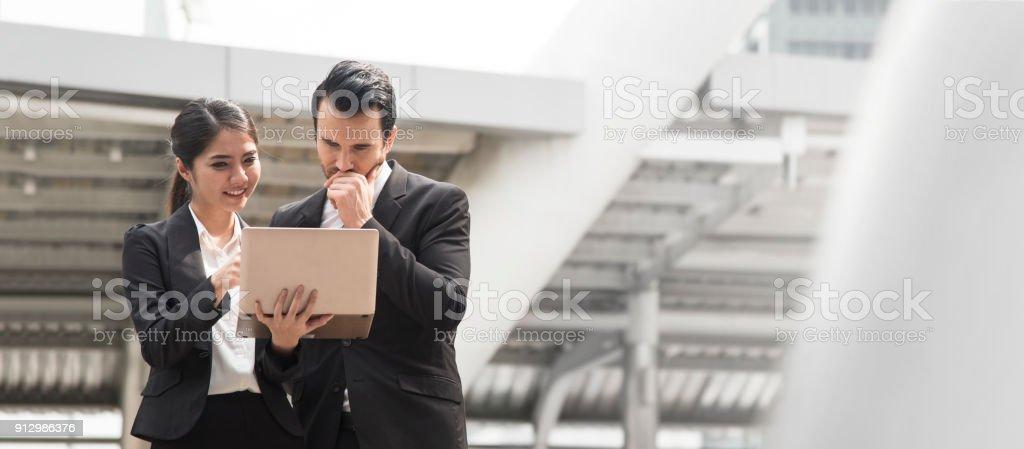 Geschäftsmann und Geschäftsfrau Partner diskutieren während des Gehens im Bürogebäude. Panorama-Banner mit Textfreiraum. – Foto