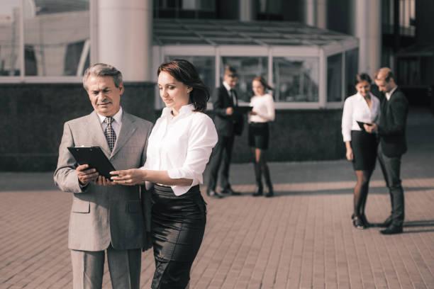 Geschäftsmann und Geschäftsfrau beim Lesen eines Geschäftsdokuments – Foto