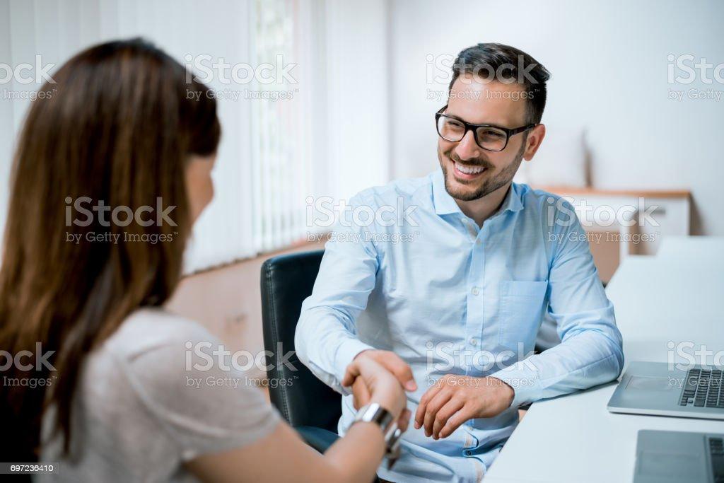 Geschäftsmann und Geschäftsfrau Händeschütteln im Büro – Foto