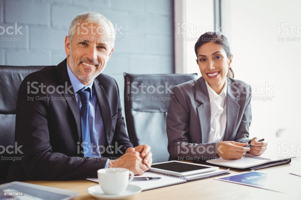 Homme d'affaires et femme d'affaires assis dans la salle de conférence - Photo