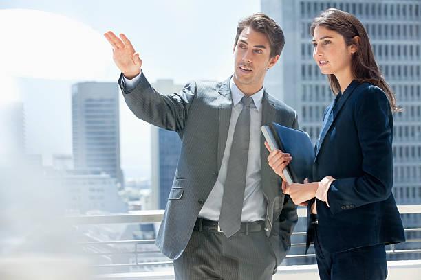 Homme d'affaires et Femme d'affaires parler sur la ville, balcon - Photo