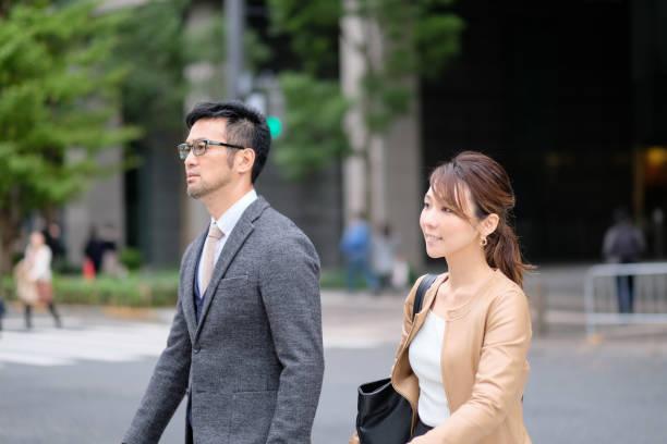 ビジネスマンや実業家の道を歩いて - 部下 ストックフォトと画像