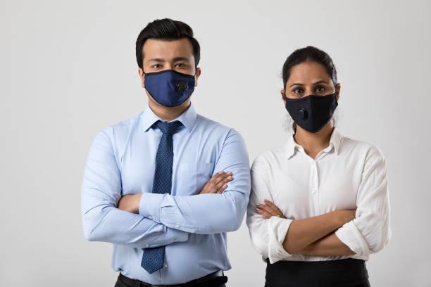 Geschäftsmann und Geschäftsfrau tragen Gesichtsmaske, um die Ausbreitung von Viren zu verhindern – Foto