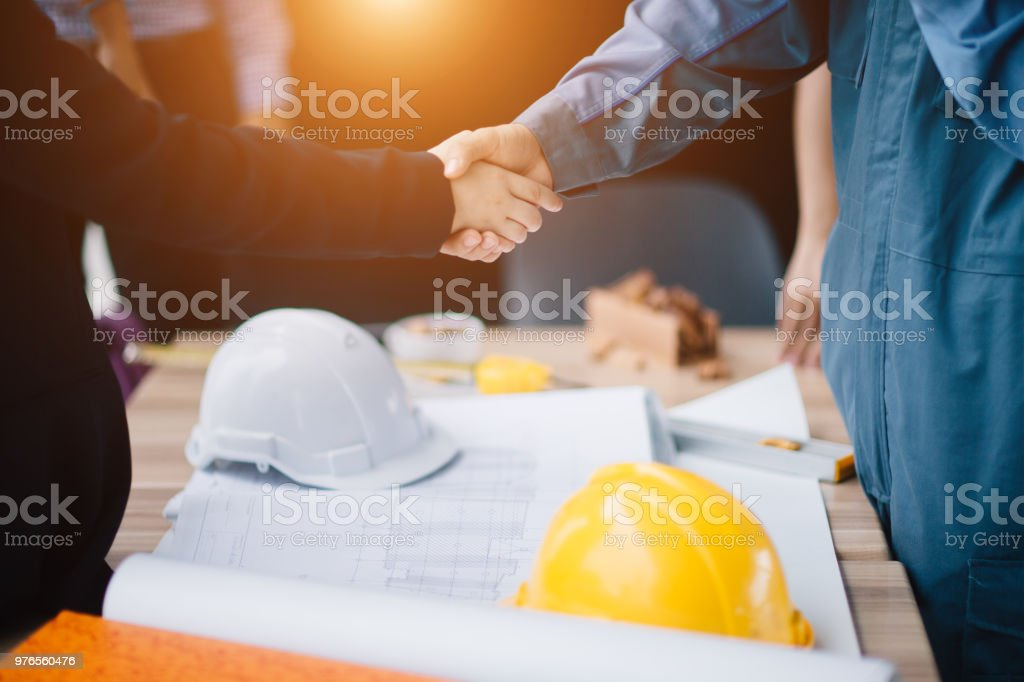 Unternehmer und Ingenieur Handshake schließen einen Vertrag auf Baustelle. Erfolgreiche, Engineering und Business-Konzept. – Foto