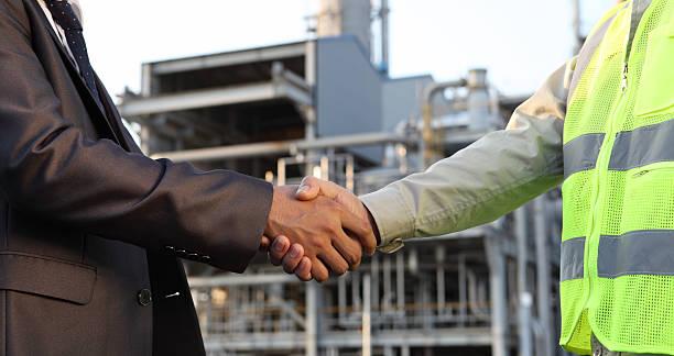 Geschäftsmann und Ingenieur in Öl Raffinerie – Foto