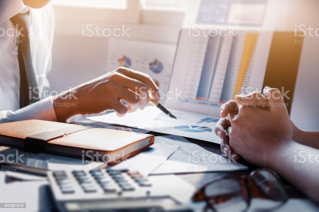 Geschäftsmann und Partner zeigen Zeichenpapier mit Maßeinteilung treffen sich, um die Verkäufe um Ziele im nächsten Jahr planen. – Foto
