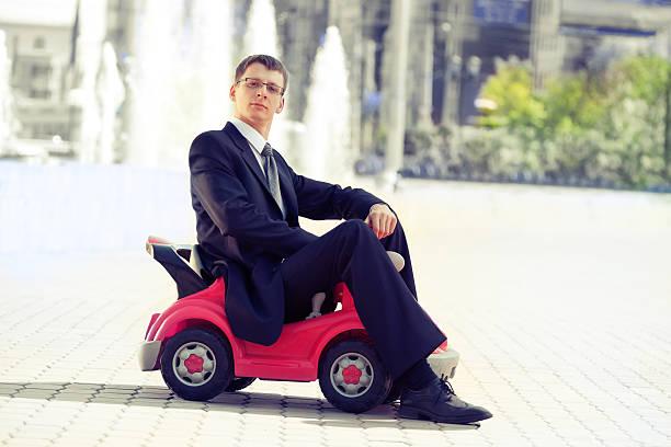 Geschäftsmann und Spielzeug Rotes Auto. – Foto