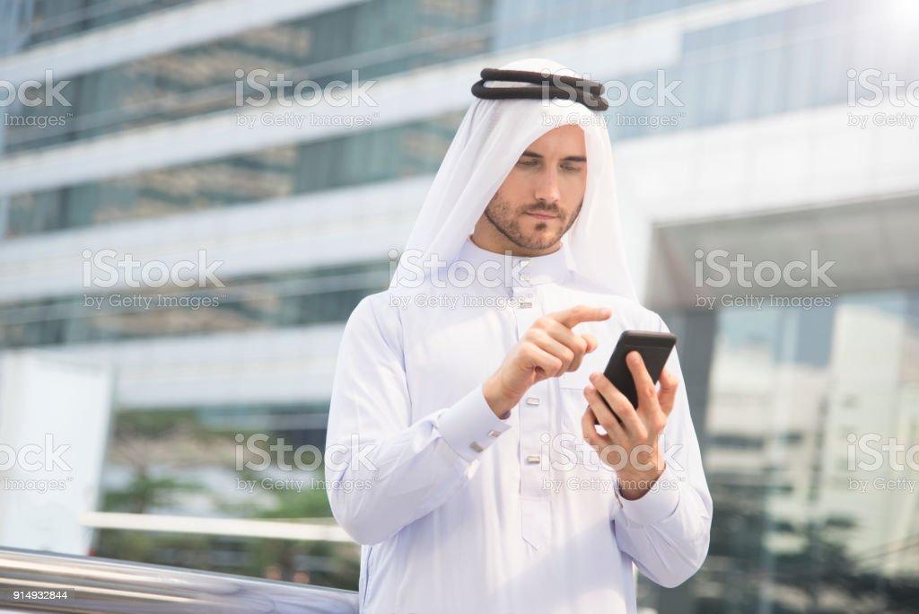 Geschäftsmann arabische Hand mit Handy. Konzept-Kommunikation. – Foto