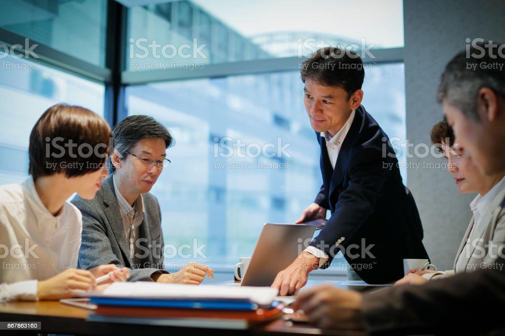 会議テーブルで実業家 ストックフォト