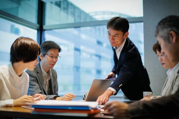 会議テーブルで実業家 - ビジネスマン 日本人 ストックフォトと画像