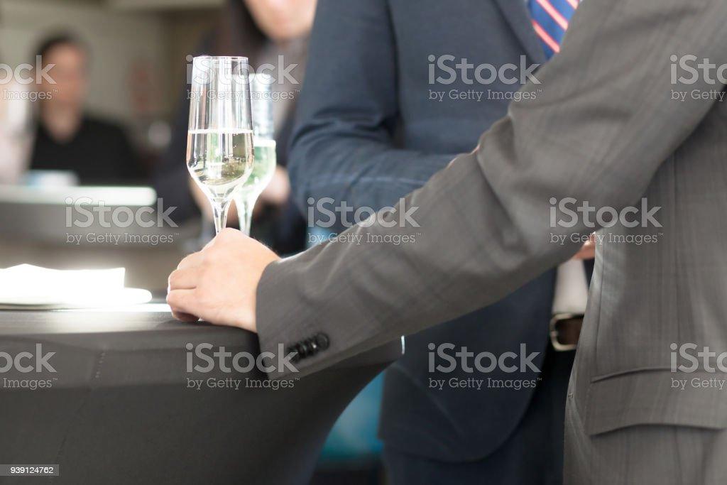 Kaufmann bei cocktail-party – Foto
