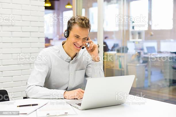Geschäftsmann Im Büro Am Telefon Mit Headset Stockfoto und mehr Bilder von Camcorder