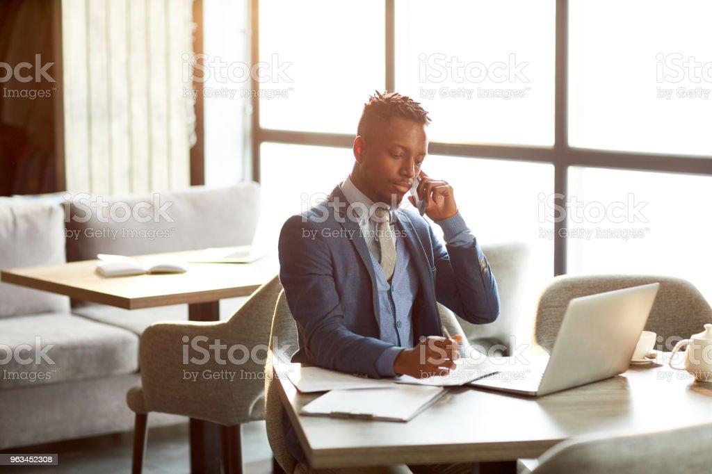 Homme d'affaires au travail - Photo de Adulte libre de droits