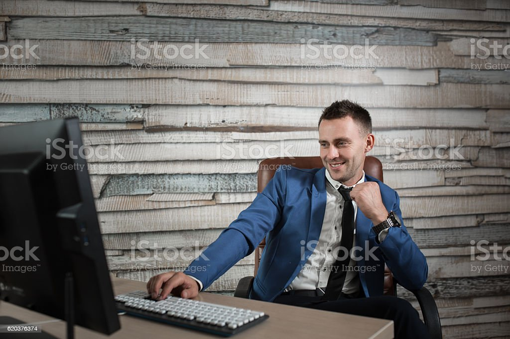 businessman at workplace in office sitting in the leather chair. foto de stock royalty-free