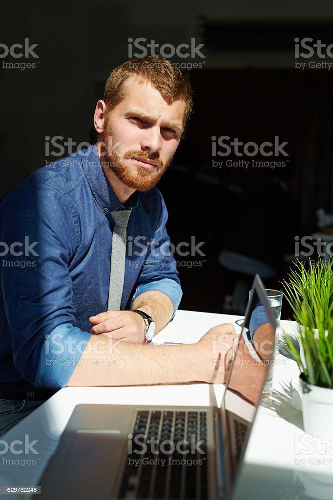 Geschäftsmann am Arbeitsplatz  Lizenzfreies stock-foto