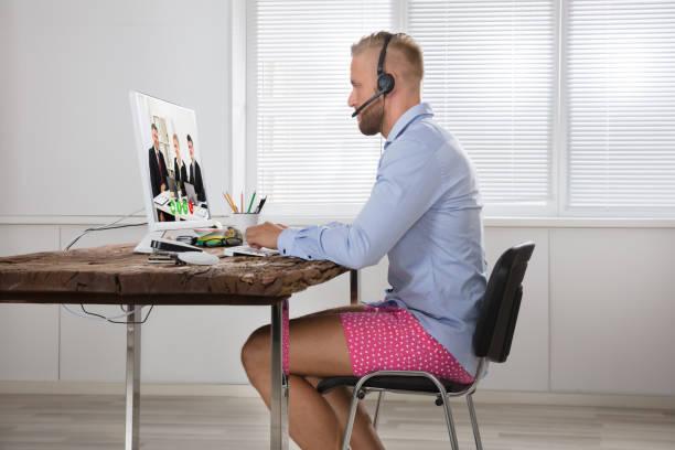 geschäftsmann, die teilnahme an videokonferenzen auf computer - geschäftskleidung stock-fotos und bilder
