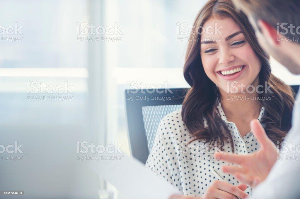 Geschäftsmann-geschäftsfrau zusammenarbeiten. – Foto