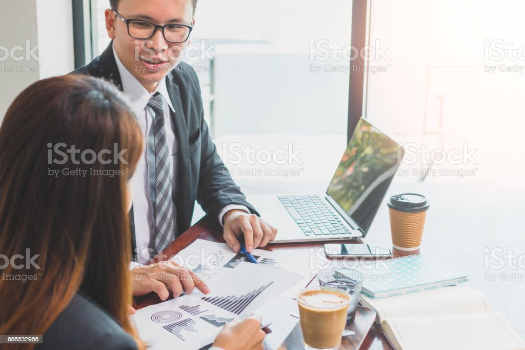 Businessman & Businesswoman consulting and discussing work at meeting table royaltyfri bildbanksbilder