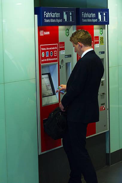 geschäftsmann buying-bahn-ticket - nrw ticket stock-fotos und bilder