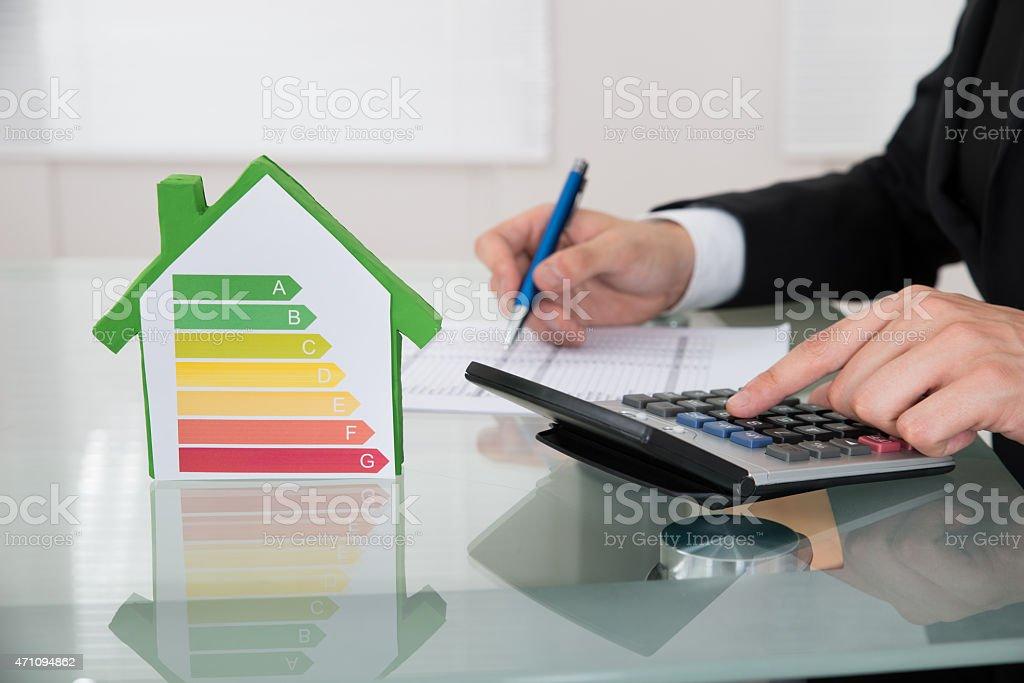 Geschäftsmann Berechnung der Energieeffizienz-in-Schalter - Lizenzfrei 2015 Stock-Foto