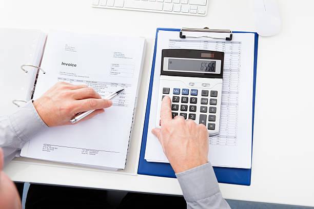 Geschäftsmann zeigt Rechnung an der Rezeption – Foto