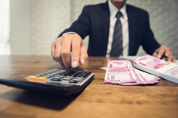 Berechnung der Conversion-Rate für die Indische Rupie Geld Geschäftsmann – Foto