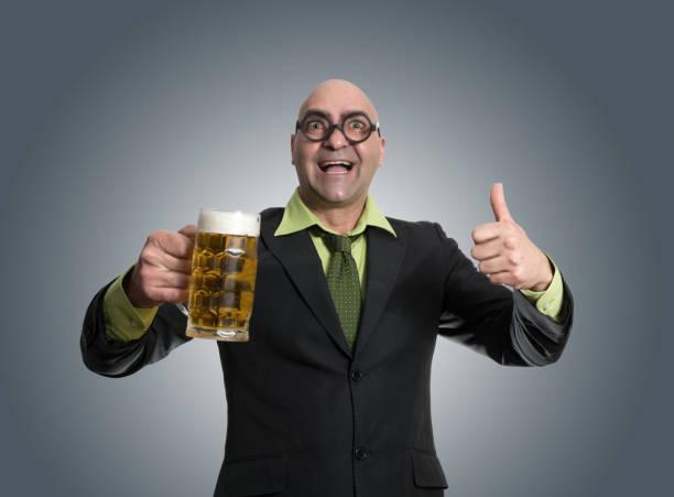 empresario celebrando con cerveza - studioimagen73 fotografías e imágenes de stock