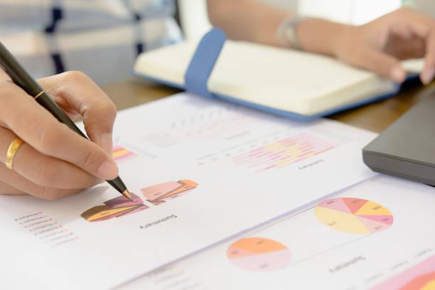 Vérification de l'homme d'affaires analyse sérieusement un rapports financiers. Rapports financiers figurent des documents préparés par une équipe administrative à la fin d'une période comptable. Finance d'entreprise concept - Photo