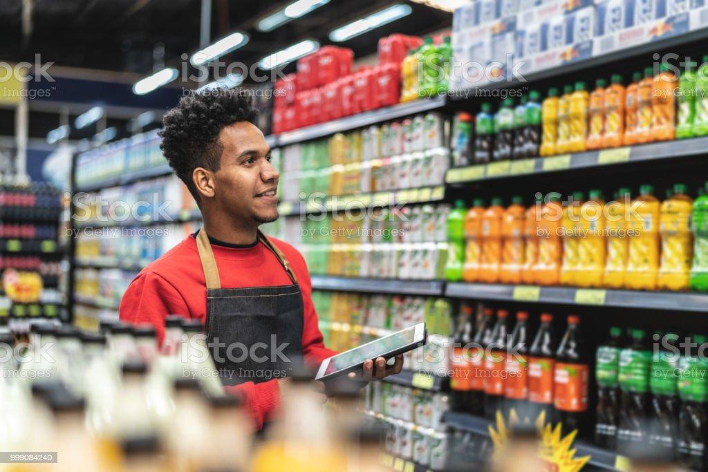 Geschäftsmann, Prüfung bestand in einer digital-Tablette in einem Supermarkt – Foto