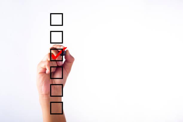 geschäftsmann überprüfung markierung auf checkliste mit marker über weiß - zeckenmittel stock-fotos und bilder
