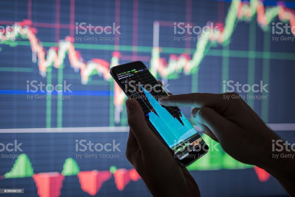 Empresario comprobar datos de mercado de valores. - foto de stock