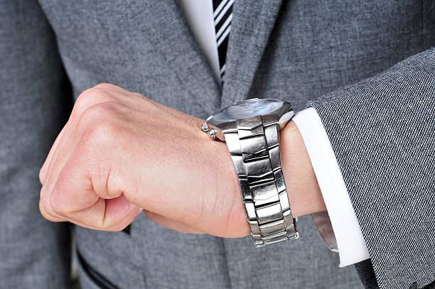 Geschäftsmann überprüfen seine Uhr auf die Zeit – Foto