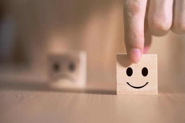 geschäftsmann wählt ein lächeln emoticon symbole gesicht glücklich symbol auf holzblock , dienstleistungen und kundenzufriedenheit umfrage konzept - feedback stock-fotos und bilder