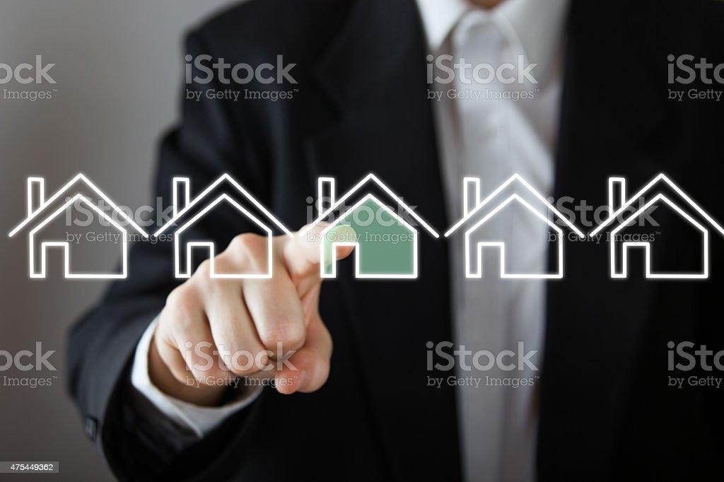 Hombre de negocios eligiendo la casa real estate concepto. - foto de stock