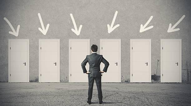 実業家のドアを選択します。 - 選択 ストックフォトと画像
