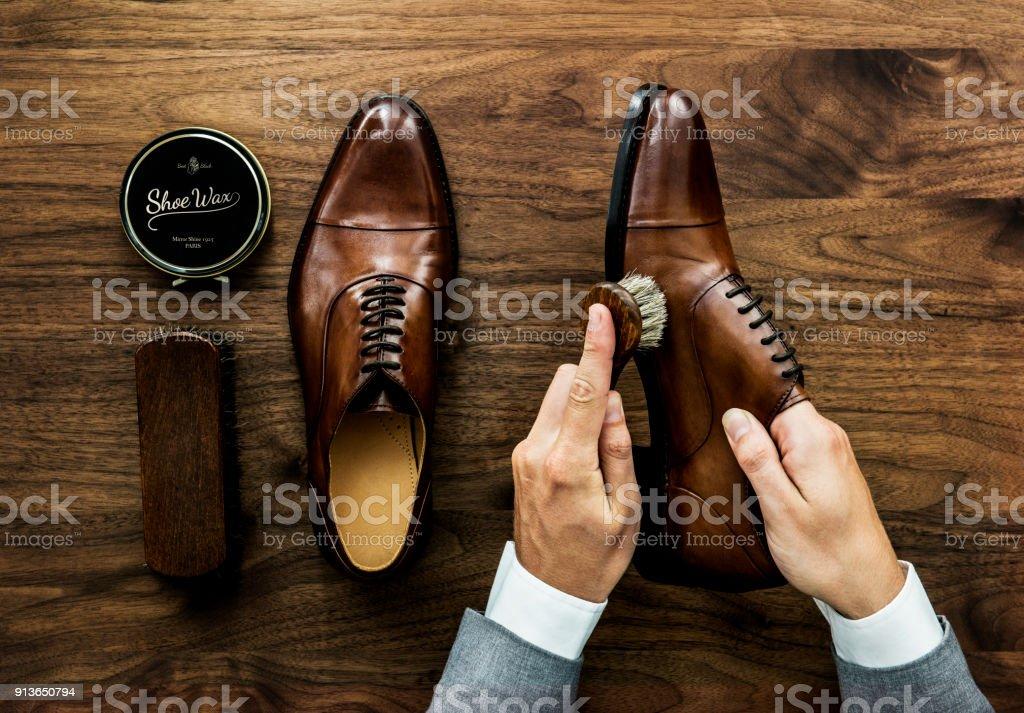 Geschaftsmann Seine Schuhe Reinigen Stock Fotografie Und Mehr Bilder