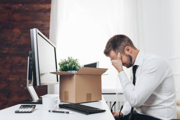 Geschäftsmann räumt seinen Schreibtisch, nachdem er entlassen wurde – Foto