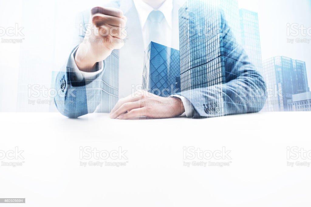 Empresário, cerrando o punho com dupla exposição Cityscape - foto de acervo