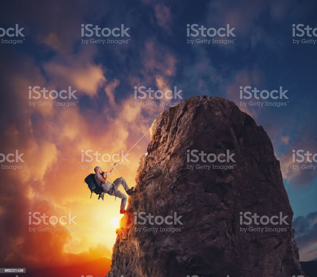 Businessman climb a mountain to get the flag. Achievement business goal and difficult career concept foto stock royalty-free