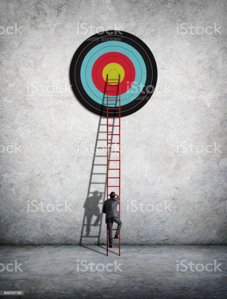 Empresário escalada Escada para alcançar o alvo - foto de acervo