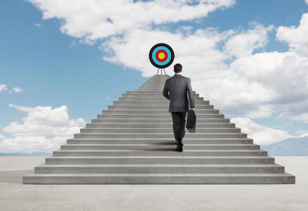 Geschäftsmann Treppensteigen um Ziel oben zu erreichen – Foto