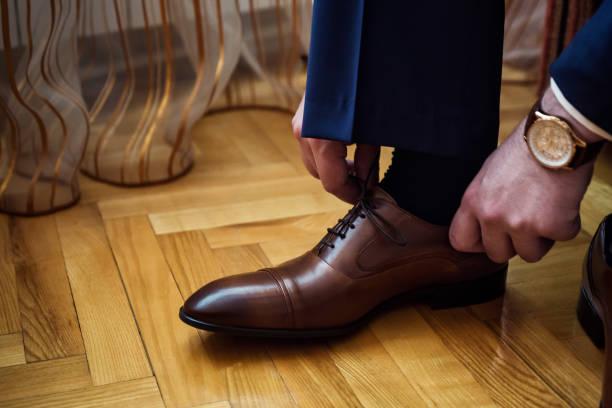 geschäftsmann kleidung schuhe, politiker, mannes stil, geschäftsmann, knöpfte sein hemd, männlichen händen closeup, amerikanischen, europäischen geschäftsmann, menschen, wirtschaft, mode und bekleidungskonzept - knotenkleid stock-fotos und bilder