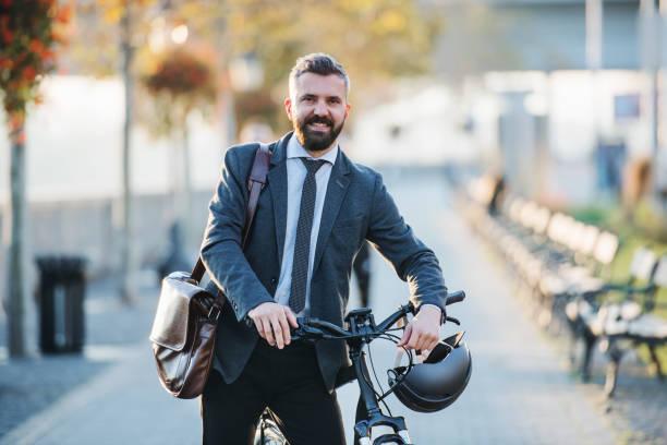 affärs man pendlare med cykel går hem från arbetet i staden. - walking home sunset street bildbanksfoton och bilder