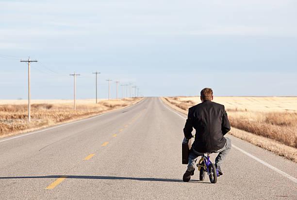 empresario o ir en bicicleta pequeño - ironía fotografías e imágenes de stock